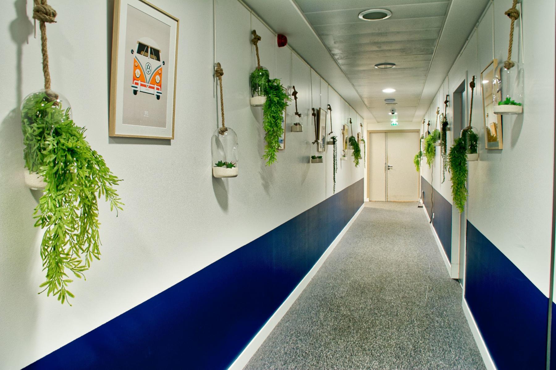 Couloir décoré avec soin au quai de Gallieni