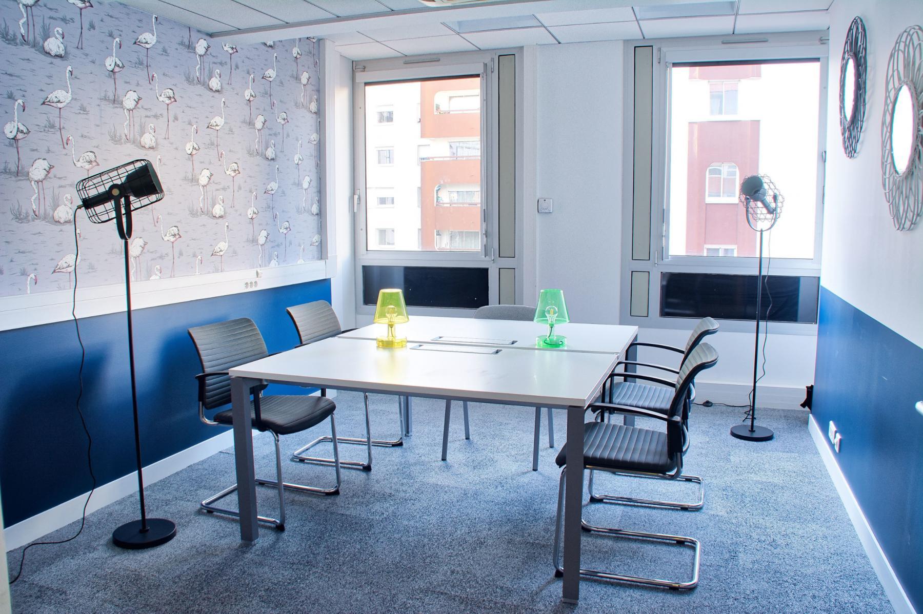 Salle de réunion entièrement équipée pour organiser vos meetings au quai de Gallieni