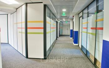 Venez travailler dans nos bureaux privatifs en serénité en passant ce couloir calme au quai de Gallieni