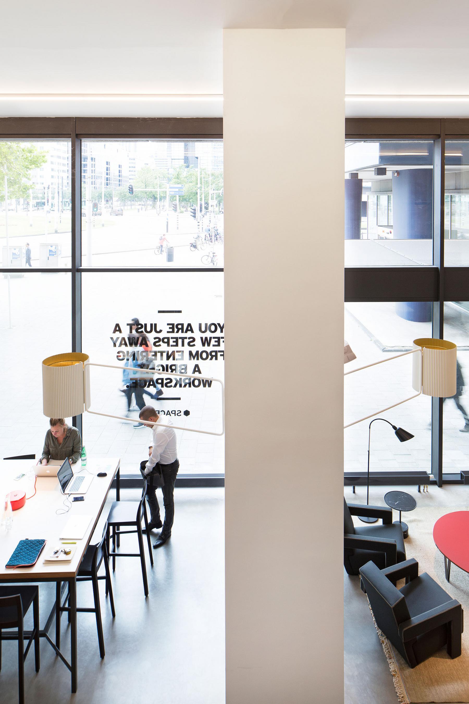 rotterdam lounge hofplein pilaar kantoorruimte te huur  meubilair