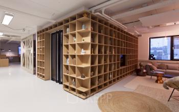kast lounge vloerbedekking deuropening tafel stoelen kantoorgebouw marten meesweg rotterdam