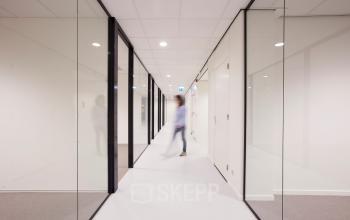 gang ramen personen transparant vloerbedekking kantoorgebouw rotterdam alexander huur kantoorruimte SKEPP