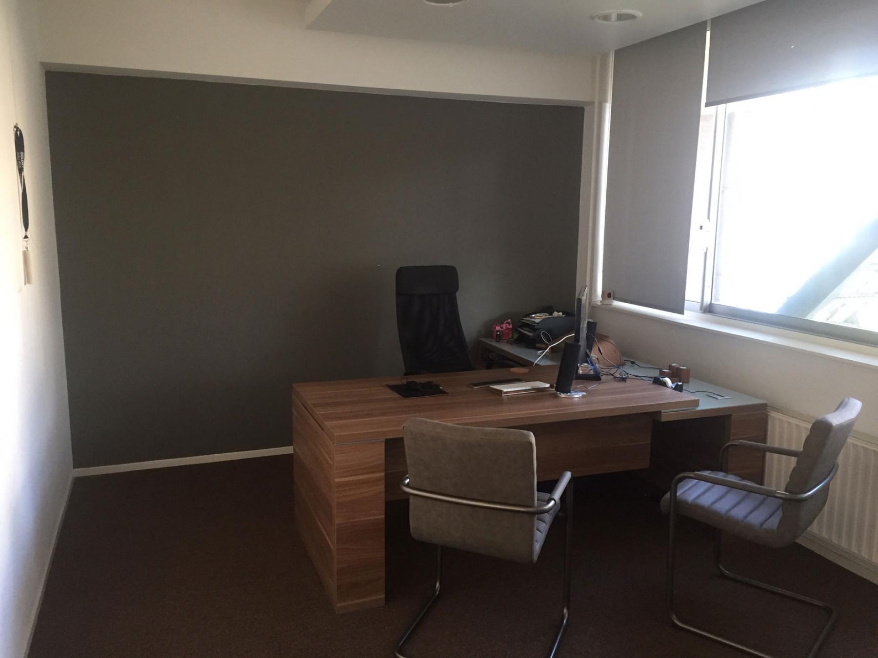 bureau met stoel ingerichte kantoorruimte