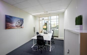 ingerichte kantoorunit beschikbaar vloerbedekking kast schilderij ramen uitzicht bureau stoelen schiphol airport beech avenue amsterdam