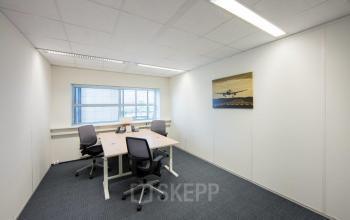 beschikbare kantoorruimte schiphol airport beech avenue vloerbedekking bureau tafel stoel ramen uitzicht