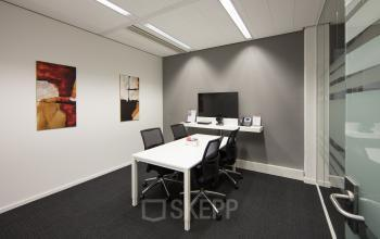 vergaderruimte vier personen presentatiemogelijkheden ingerichte afgesloten kantoorkamer tilburg hart van brabantlaan