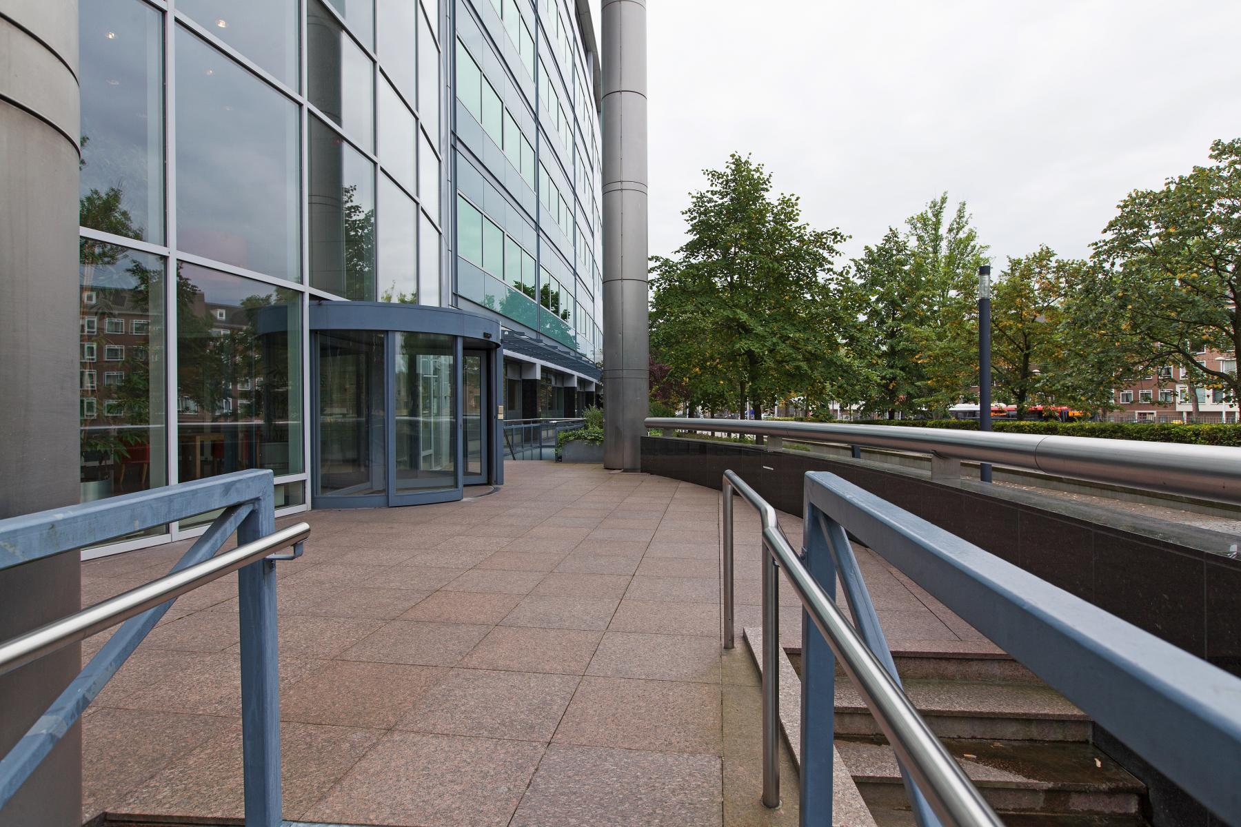 buitenkant entree kantoorpand Utrecht Graadt van Roggenweg
