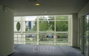 gang vloerbedekking ramen uitzicht kantoorgebouw utrecht