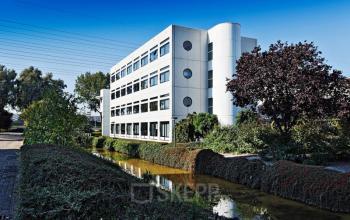 aanzicht kantoorgebouw utrecht water bomen groene omgeving ramen zonnebaan