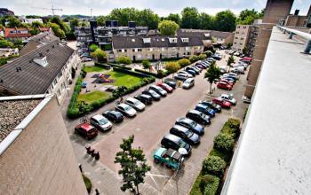 uitzicht kantoorruimte parkeerplaats auto's plein huizen utrecht