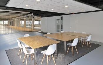 kantoorruimte gemeubileerd tafels stoelen vloerbedekking afscheiding in utrecht