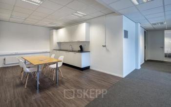 kantoorpand utrecht pantry tafel stoelen lunchmogelijkheid