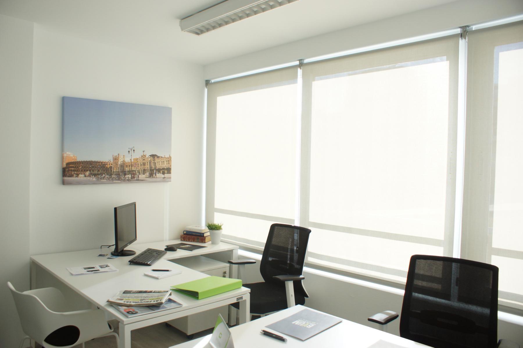Otra vista de la oficina con iluminación natural