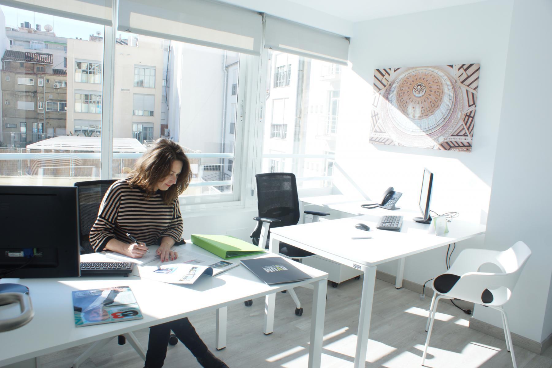 Oficina de dos puestos de trabajo y luz natural