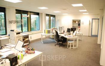 kantoorkamer gemeubileerd bureau bureaustoelen vloerbedekking ramen uitzicht kantoor waalwijk huren