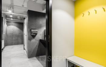 toaleta w biurowcu bit