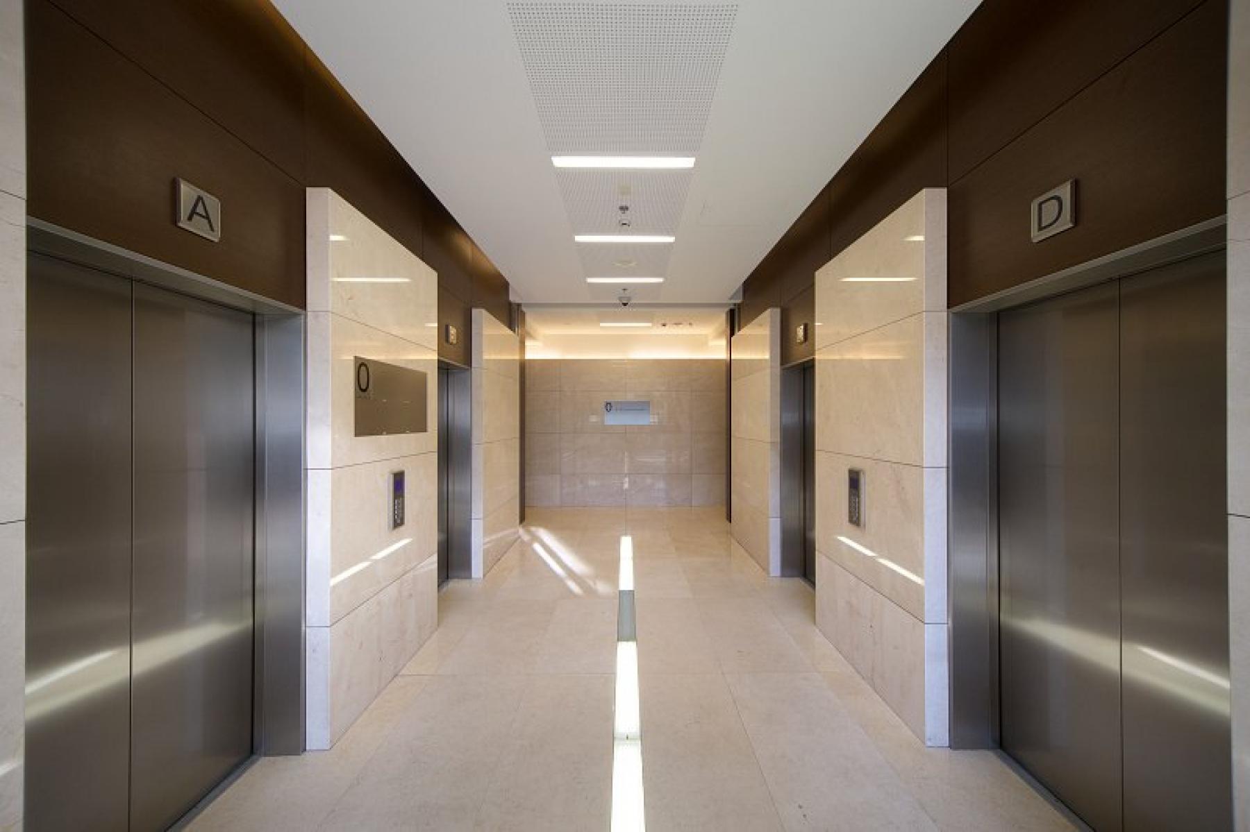korytarz z windami postępu warszawa