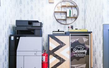 miejsce z drukarką w biurowcu