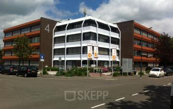 kantoorgebouw buitenzijde woerden parkeerruimte