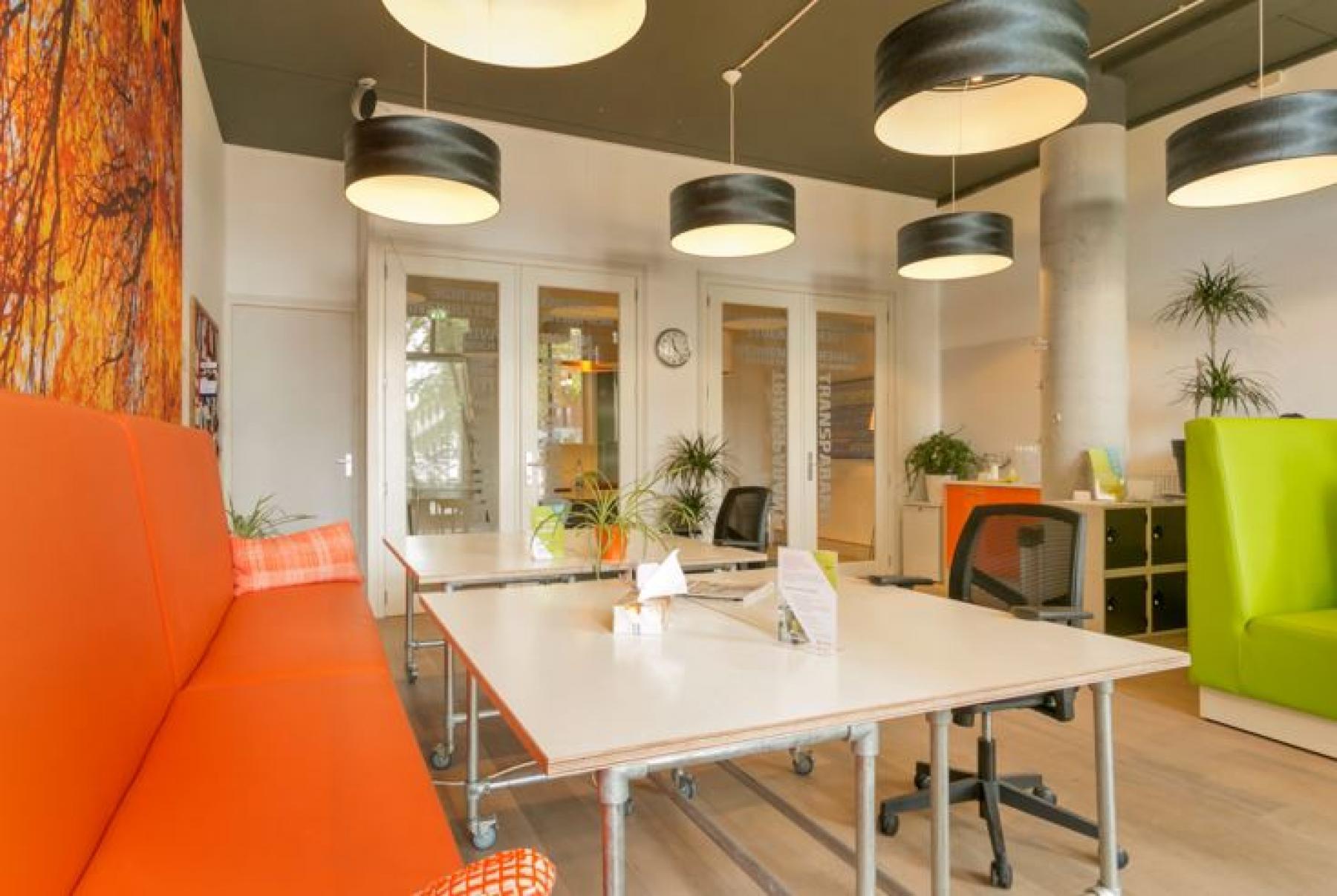 algemene open werkruimte loungebanken oranje tafels werkplekken zeist