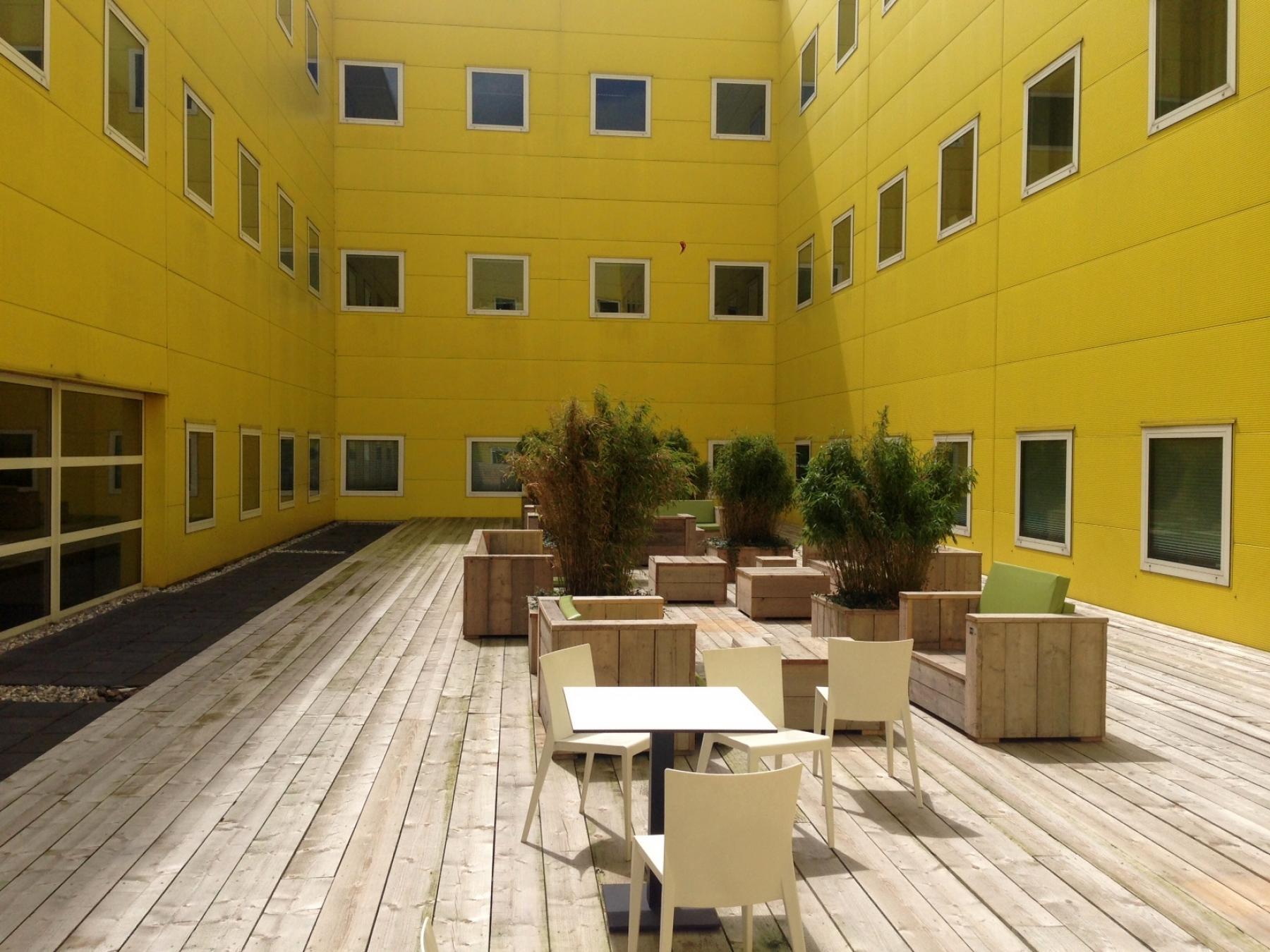 terras lunchruimte kantoorgebouw iconisch geel zoetermeer