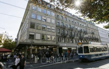Beeindruckende Außenansicht des Bürogebäudes an der Bahnhofstrasse in Zürich-City