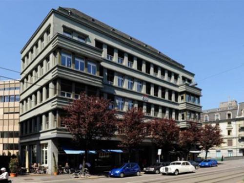 Beeindruckende Außenansicht des Bürogebäudes am Bleicherweg in Zürich