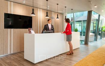 Stilvoller Empfangsbereich des Business Centers in Zürich