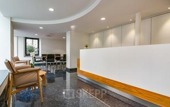 Stilvoller Empfangsbereich des Bürogebäudes an der Seefeldstrasse in Zürich-Riesbach