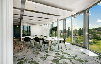 Farbenfrohe Business Lounge im Bürogebäude in Zürich