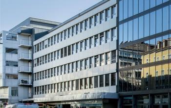 Moderne Front des Bürogebäudes Zürich Kreuzstrasse