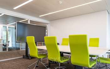 Moderner Besprechungsraum im Bürogebäude an der Dufourstrasse
