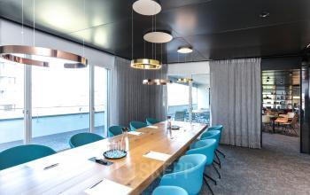 Hochmoderner Konferenzraum im Geschäftsgebäude am Zürichsee