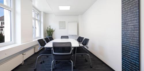 Heller Konferenzraum im Büro in Zürich zu vermieten