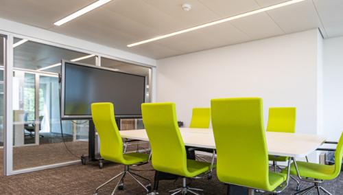 Voll ausgestatteter Konferenzraum im Business Center an der Kreuzstrasse