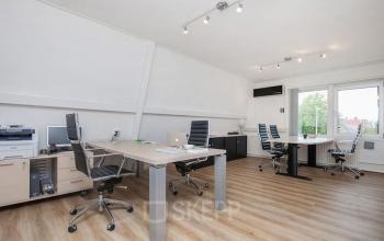 ingerichte gemeubileerde kantoorkamer bureaustoelen bureau's tafels zwolle kantoorpand
