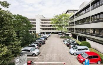 Buitenzijde kantoorgebouw parkeerruimte Zwolle Meeuwenlaan