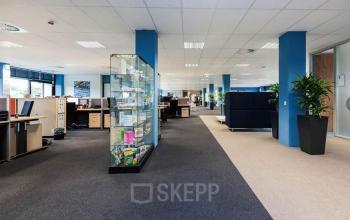 vitrine werkvloer binnenzijde kantoorruimte SKEPP